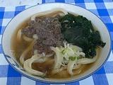 吉田のうどん。固めの麺、すりだね、馬肉にキャベツ。独創的。