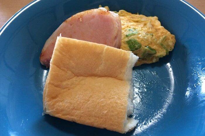 高級生食パン乃がみのパンとハムにオムレツの簡単な食事