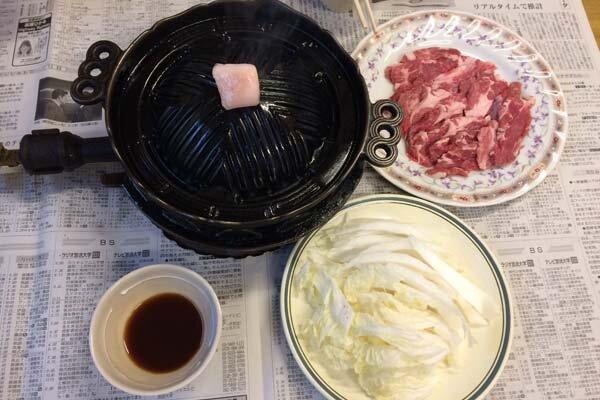 ジンギスカン鍋と材料。ラムと白菜のみ