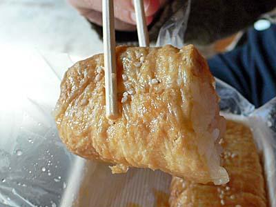 光泉 いなり寿司 鎌倉 箸で持ち上げたところ