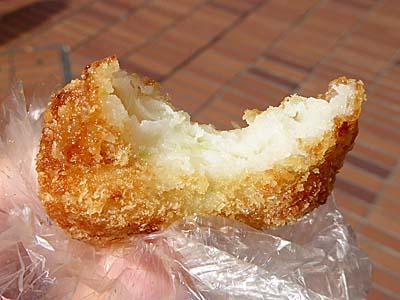 高松の蒲鉾 魚ロッケをかじったところ 柳橋連合市場